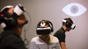 des-joueurs-utilisent-des-casques-de-realite-virtuelle-oculus